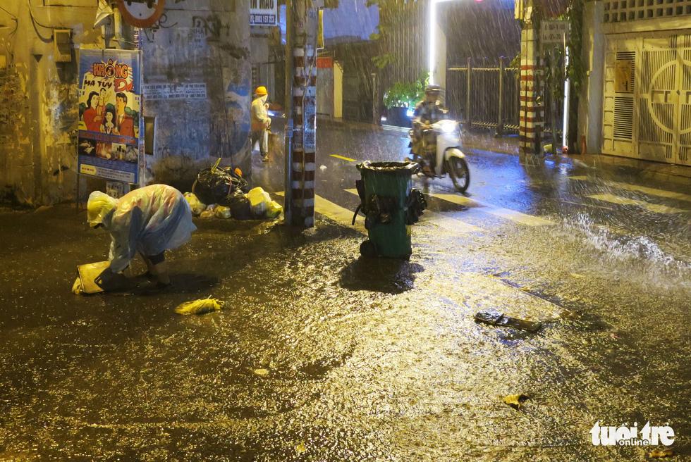 Đêm mưa tầm tã, nhiều người Sài Gòn vẫn vất vả mưu sinh - Ảnh 3.