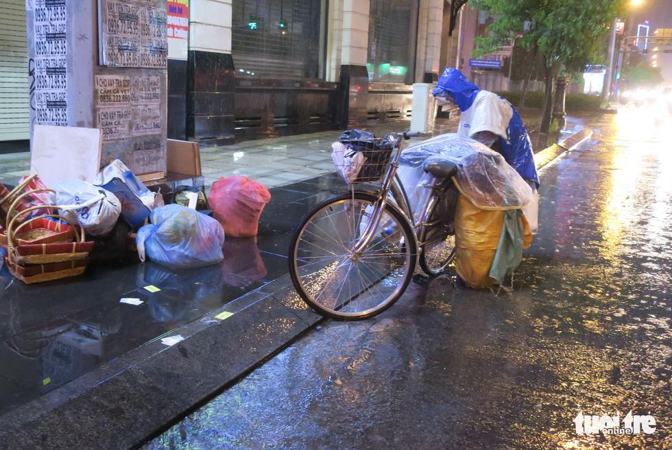 Đêm mưa tầm tã, nhiều người Sài Gòn vẫn vất vả mưu sinh - Ảnh 4.