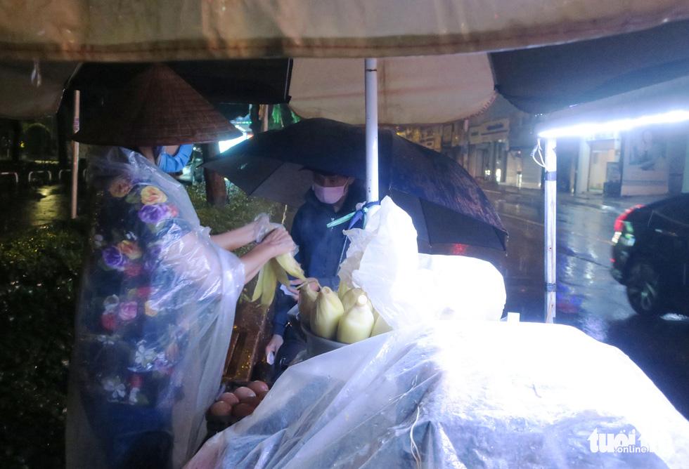 Đêm mưa tầm tã, nhiều người Sài Gòn vẫn vất vả mưu sinh - Ảnh 5.