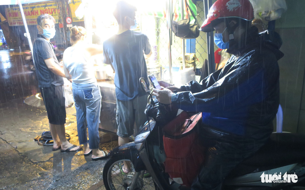 Đêm mưa tầm tã, nhiều người Sài Gòn vẫn vất vả mưu sinh - Ảnh 6.
