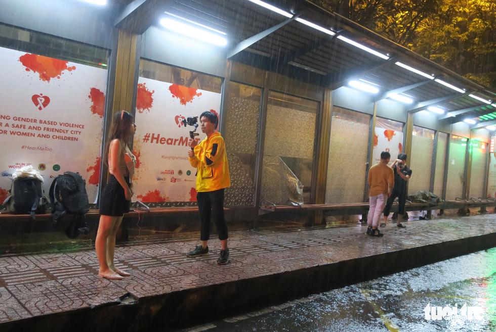 Đêm mưa tầm tã, nhiều người Sài Gòn vẫn vất vả mưu sinh - Ảnh 8.