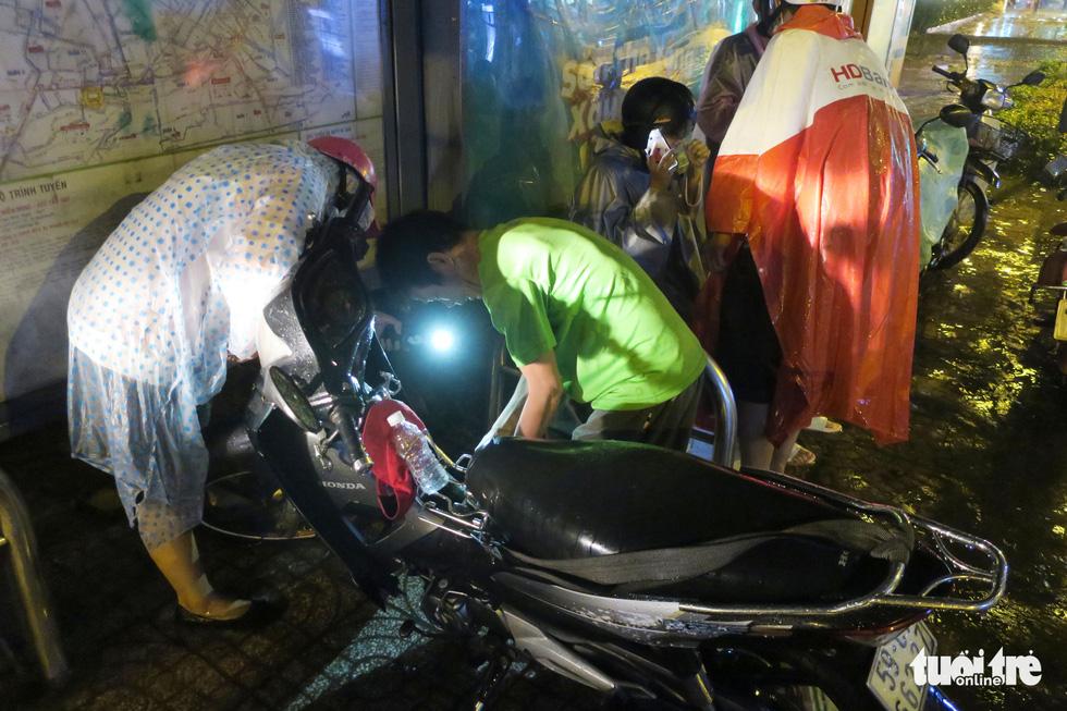 Đêm mưa tầm tã, nhiều người Sài Gòn vẫn vất vả mưu sinh - Ảnh 9.