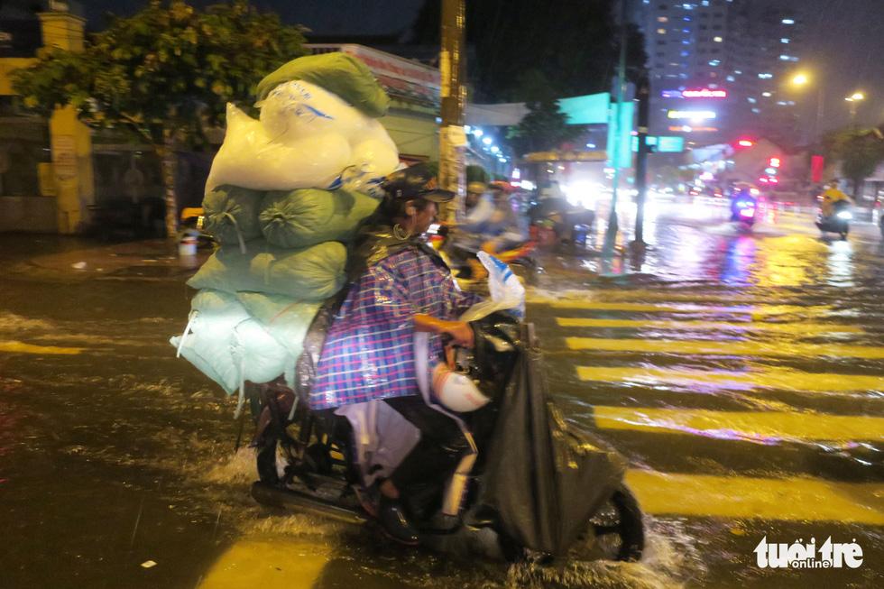 Đêm mưa tầm tã, nhiều người Sài Gòn vẫn vất vả mưu sinh - Ảnh 11.