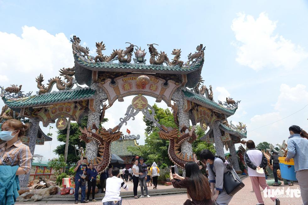 Mùa Vu lan viếng Miếu Nổi Phù Châu 200 tuổi nằm giữa sông Bến Cát - Sài Gòn - Ảnh 4.
