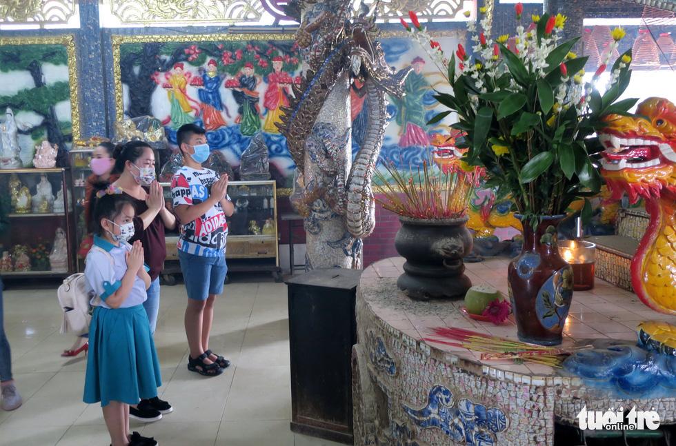Mùa Vu lan viếng Miếu Nổi Phù Châu 200 tuổi nằm giữa sông Bến Cát - Sài Gòn - Ảnh 7.