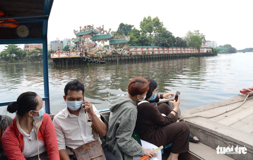 Mùa Vu lan viếng Miếu Nổi Phù Châu 200 tuổi nằm giữa sông Bến Cát - Sài Gòn - Ảnh 5.