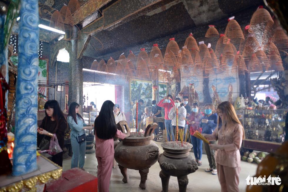Mùa Vu lan viếng Miếu Nổi Phù Châu 200 tuổi nằm giữa sông Bến Cát - Sài Gòn - Ảnh 9.