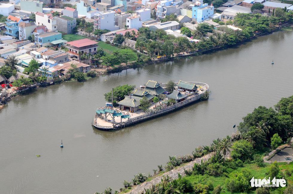 Mùa Vu lan viếng Miếu Nổi Phù Châu 200 tuổi nằm giữa sông Bến Cát - Sài Gòn - Ảnh 1.