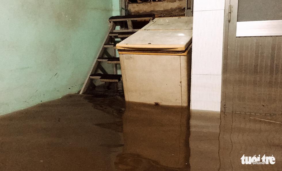 Sau cơn mưa cả tiếng ở TP.HCM, nước tràn vào nhà dân gần 1m - Ảnh 10.