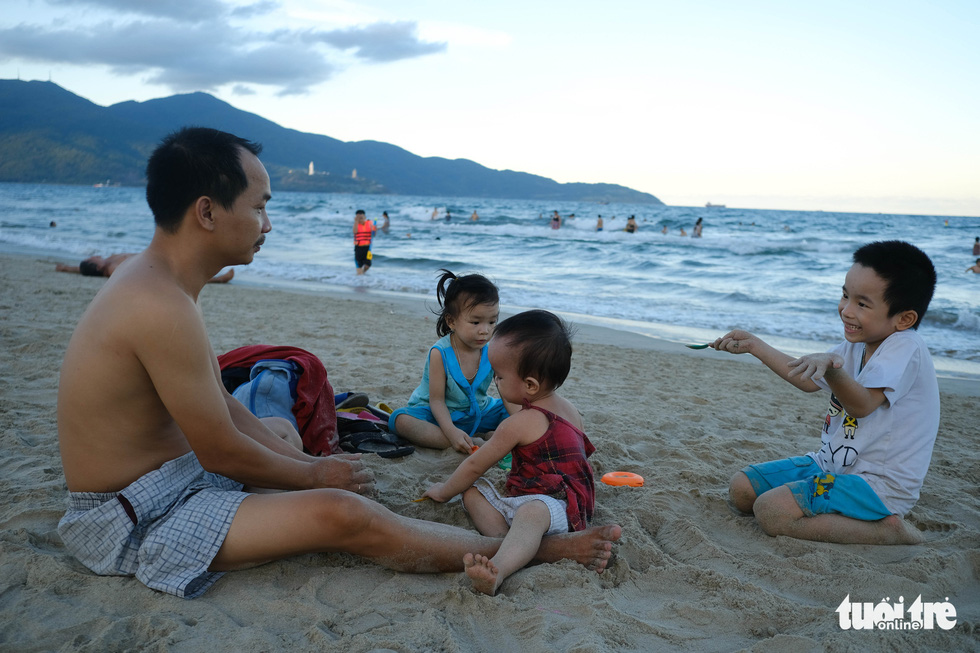 Biển Đà Nẵng đông đúc trở lại sau nhiều ngày vắng bóng người - Ảnh 7.