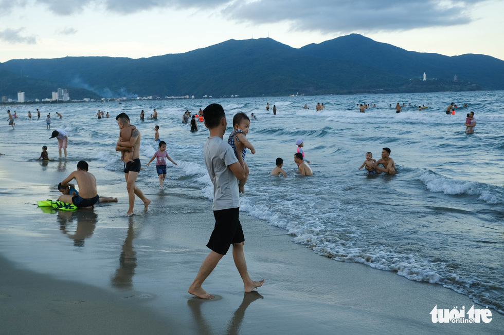 Biển Đà Nẵng đông đúc trở lại sau nhiều ngày vắng bóng người - Ảnh 1.