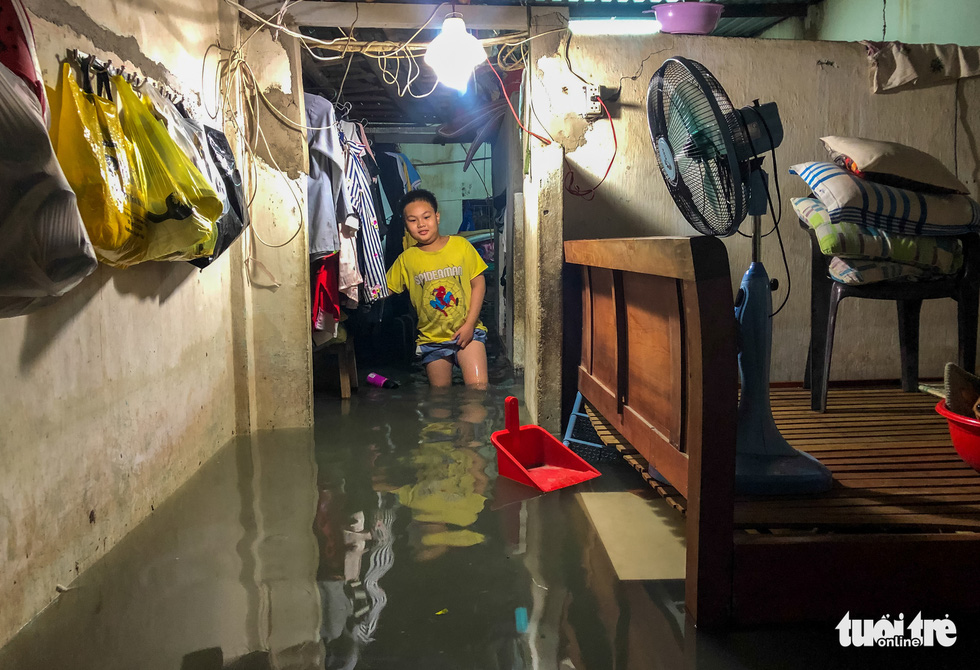 Sau cơn mưa cả tiếng ở TP.HCM, nước tràn vào nhà dân gần 1m - Ảnh 3.