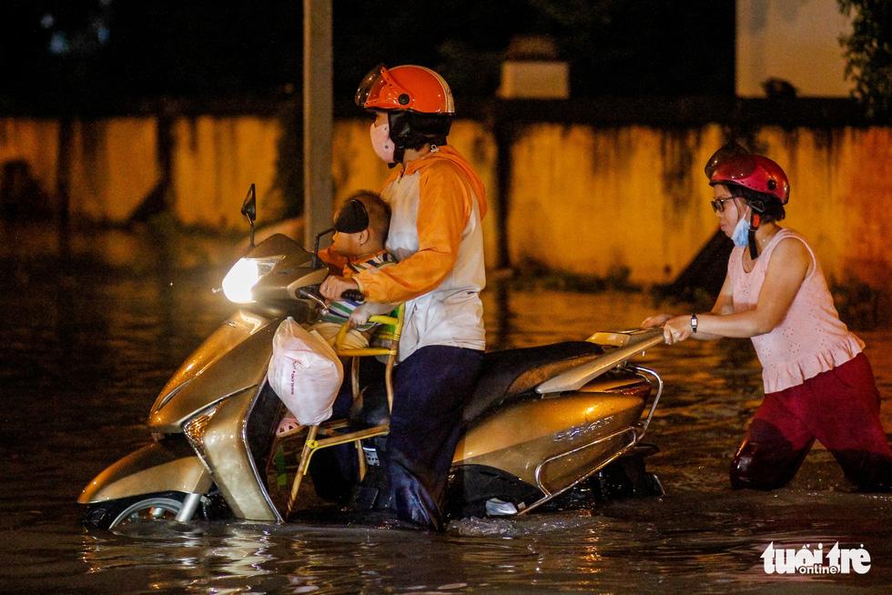 Sau cơn mưa cả tiếng ở TP.HCM, nước tràn vào nhà dân gần 1m - Ảnh 4.