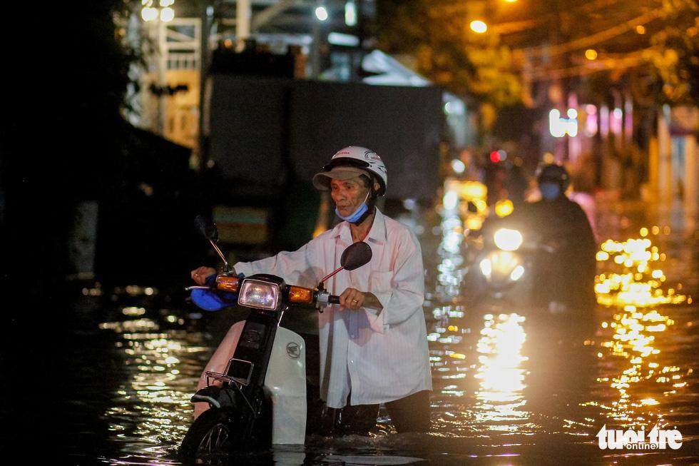 Sau cơn mưa cả tiếng ở TP.HCM, nước tràn vào nhà dân gần 1m - Ảnh 7.