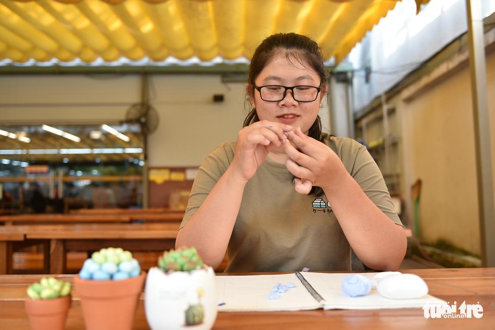 Nữ sinh khởi nghiệp với sen đá bằng đất sét, cho tuổi thọ 10 năm - Ảnh 1.
