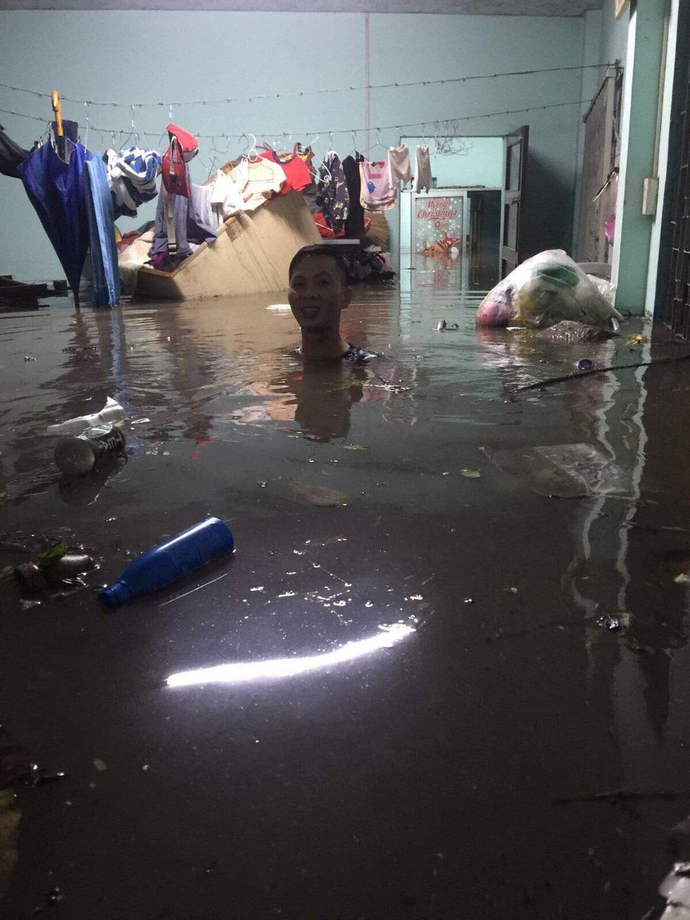 Sau cơn mưa cả tiếng ở TP.HCM, nước tràn vào nhà dân gần 1m - Ảnh 2.