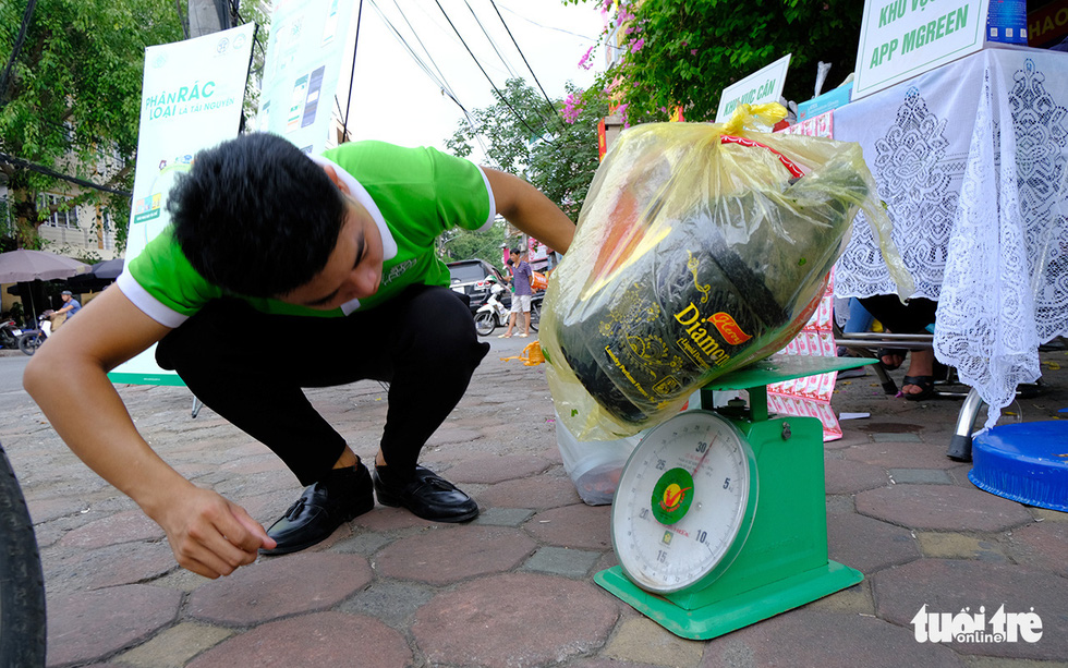 Hà Nội đổi rác lấy quà, đẩy mạnh ý thức phân loại rác tại nguồn - Ảnh 5.