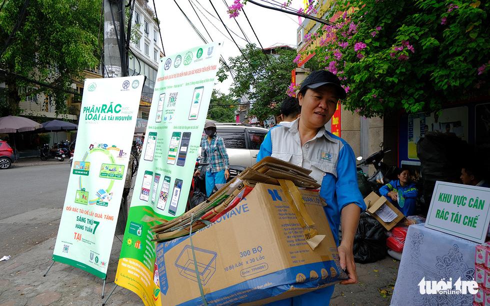 Hà Nội đổi rác lấy quà, đẩy mạnh ý thức phân loại rác tại nguồn - Ảnh 4.