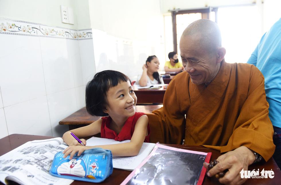 Chùa ở TP.HCM 10 năm dạy miễn phí 6 ngoại ngữ - Ảnh 2.