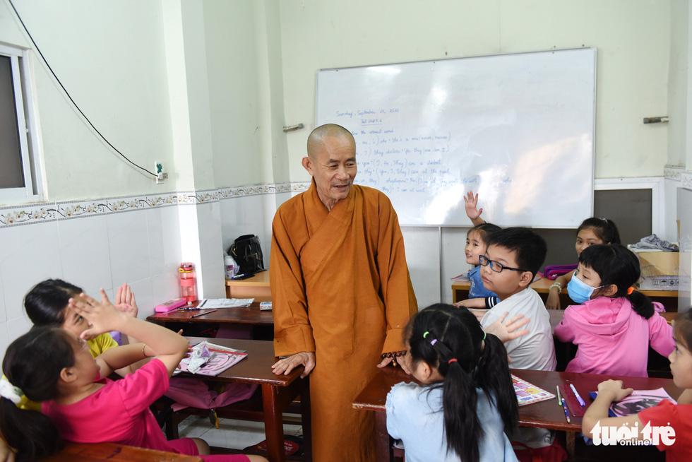 Chùa ở TP.HCM 10 năm dạy miễn phí 6 ngoại ngữ - Ảnh 1.