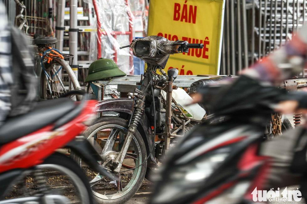 Xe máy phế liệu nhả khói đen, chở hàng cồng kềnh trên phố Hà Nội - Ảnh 2.