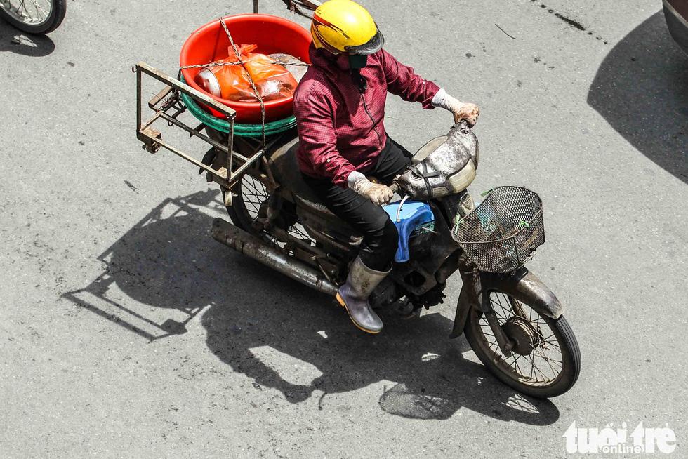 Xe máy phế liệu nhả khói đen, chở hàng cồng kềnh trên phố Hà Nội - Ảnh 10.