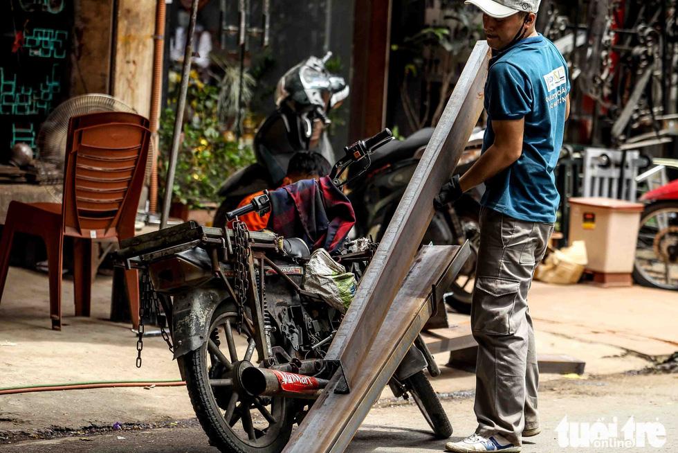 Xe máy phế liệu nhả khói đen, chở hàng cồng kềnh trên phố Hà Nội - Ảnh 12.