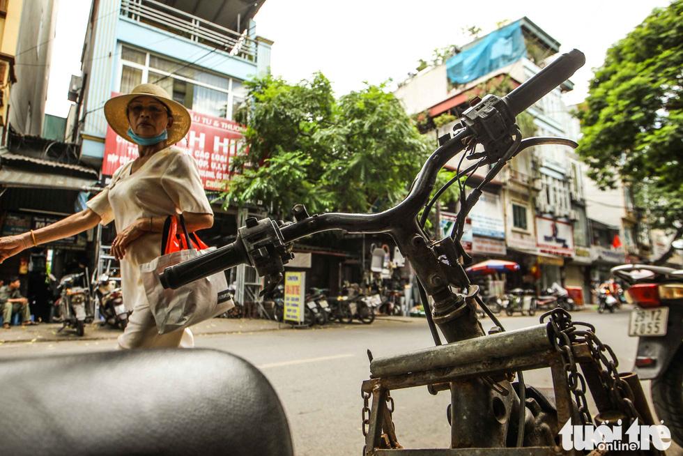 Xe máy phế liệu nhả khói đen, chở hàng cồng kềnh trên phố Hà Nội - Ảnh 13.