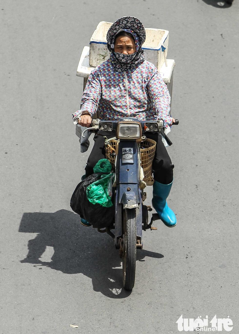 Xe máy phế liệu nhả khói đen, chở hàng cồng kềnh trên phố Hà Nội - Ảnh 3.