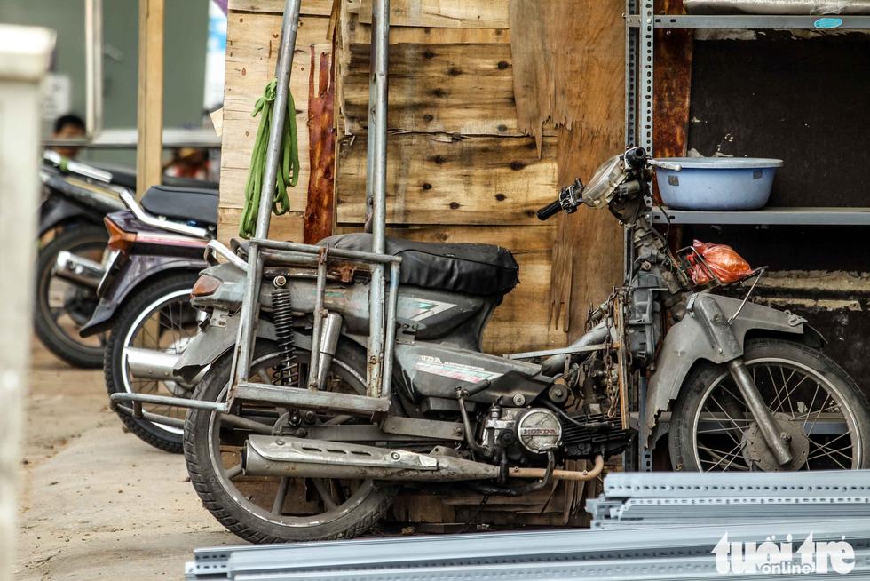 Xe máy phế liệu nhả khói đen, chở hàng cồng kềnh trên phố Hà Nội - Ảnh 5.