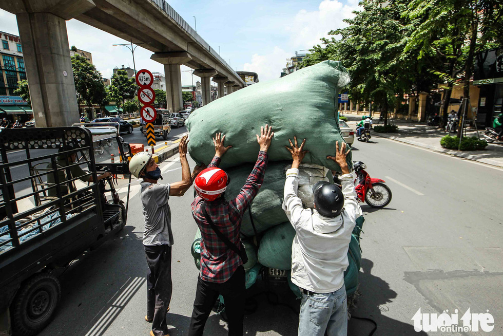 Xe máy phế liệu nhả khói đen, chở hàng cồng kềnh trên phố Hà Nội - Ảnh 6.