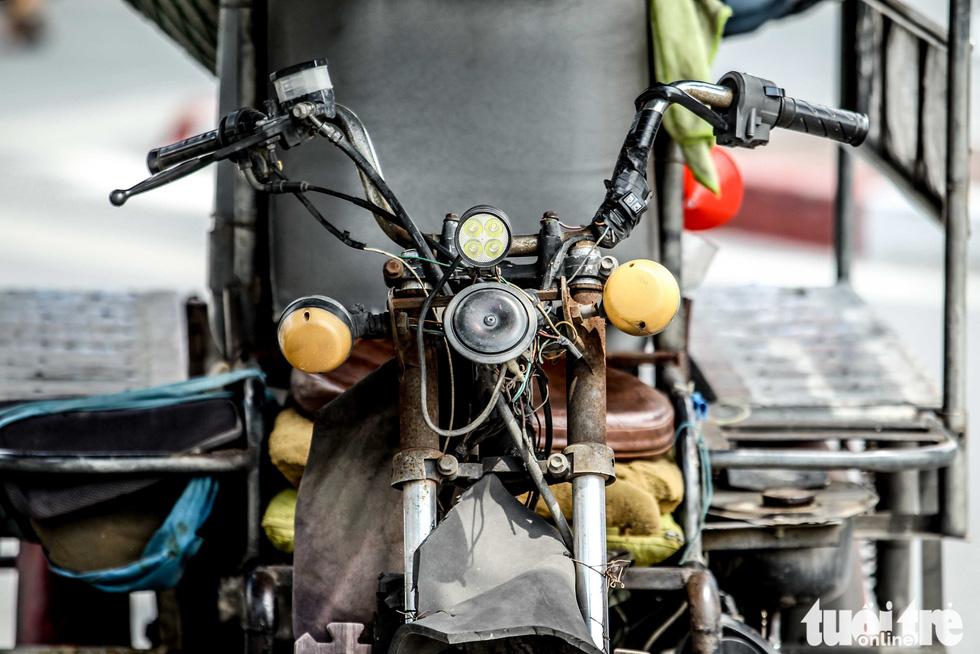 Xe máy phế liệu nhả khói đen, chở hàng cồng kềnh trên phố Hà Nội - Ảnh 8.