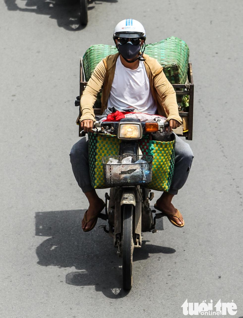 Xe máy phế liệu nhả khói đen, chở hàng cồng kềnh trên phố Hà Nội - Ảnh 9.