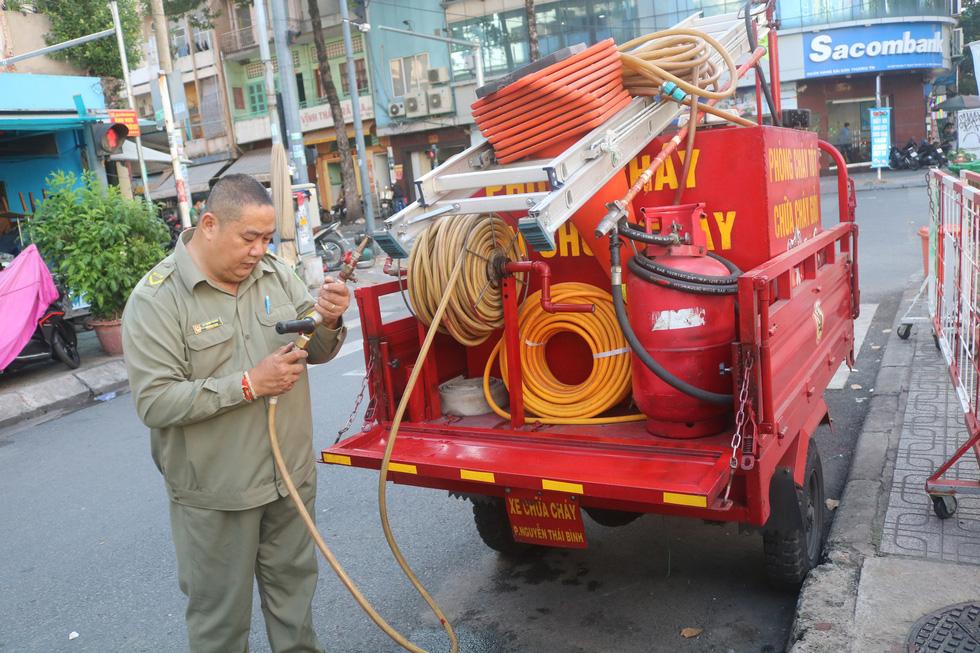 Gặp bảo vệ tổ dân phố tự chế máy cứu hỏa chuyên trị ở các hẻm nhỏ - Ảnh 3.