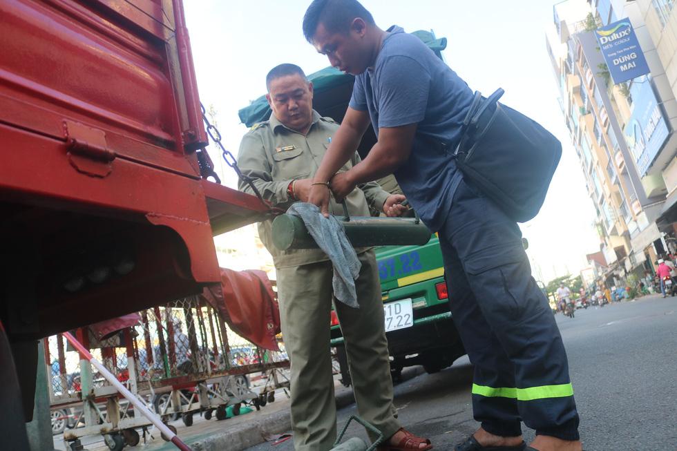 Gặp bảo vệ tổ dân phố tự chế máy cứu hỏa chuyên trị ở các hẻm nhỏ - Ảnh 4.