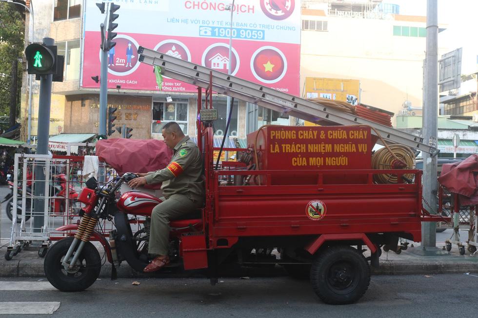 Gặp bảo vệ tổ dân phố tự chế máy cứu hỏa chuyên trị ở các hẻm nhỏ - Ảnh 5.