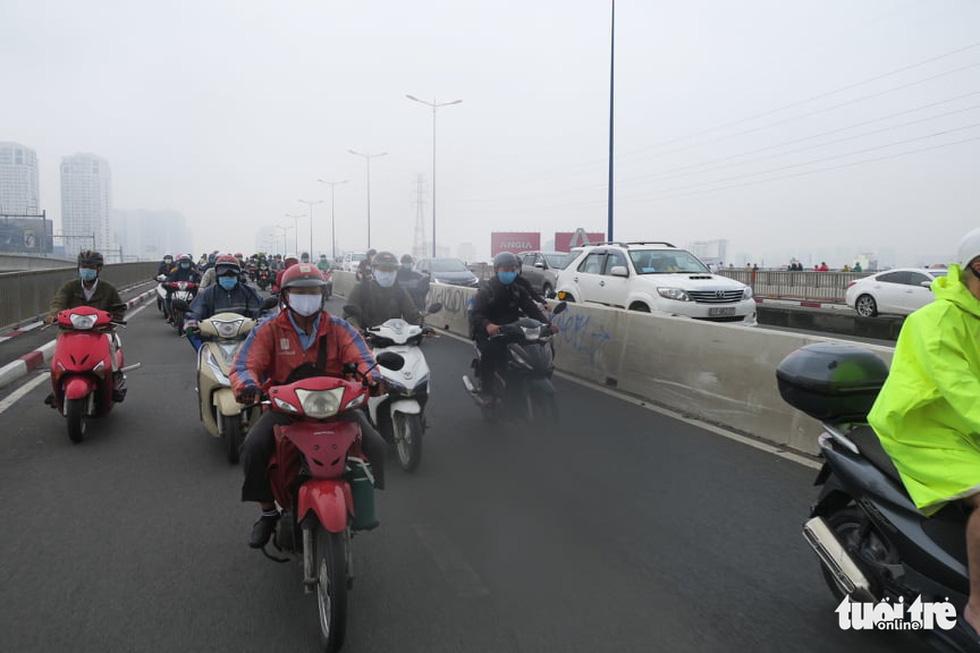 TP.HCM trời mù mịt từ sáng sớm, mưa lất phất như Tết Hà Nội - Ảnh 8.