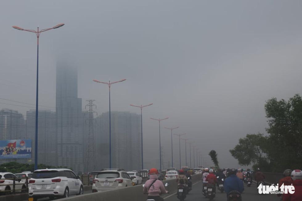 TP.HCM trời mù mịt từ sáng sớm, mưa lất phất như Tết Hà Nội - Ảnh 9.