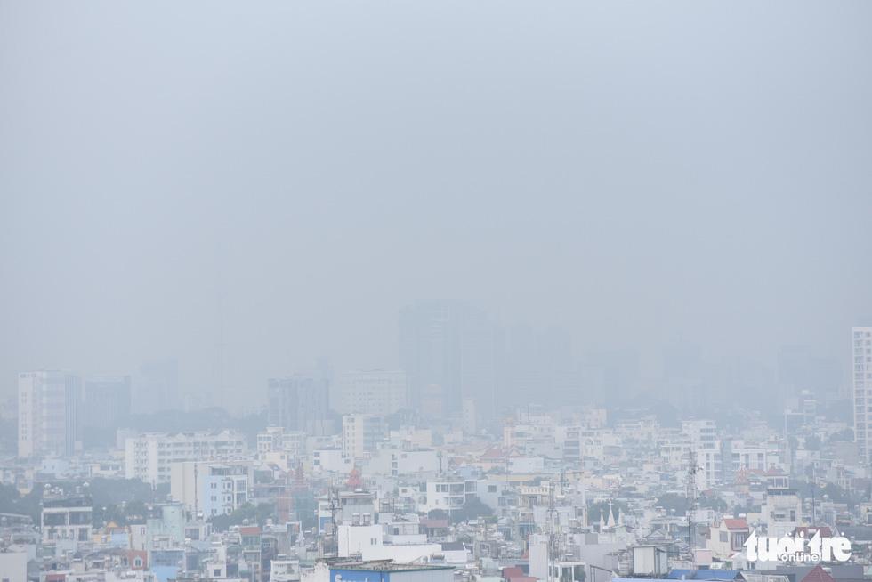 TP.HCM trời mù mịt từ sáng sớm, mưa lất phất như Tết Hà Nội - Ảnh 3.