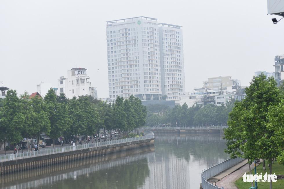 TP.HCM trời mù mịt từ sáng sớm, mưa lất phất như Tết Hà Nội - Ảnh 6.