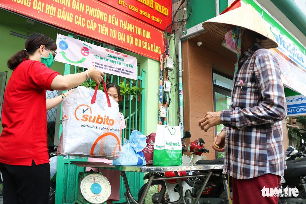 Mang chai nhựa đến đổi gạo miễn phí ở TP.HCM - Ảnh 1.