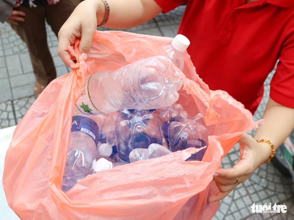 Mang chai nhựa đến đổi gạo miễn phí ở TP.HCM - Ảnh 7.