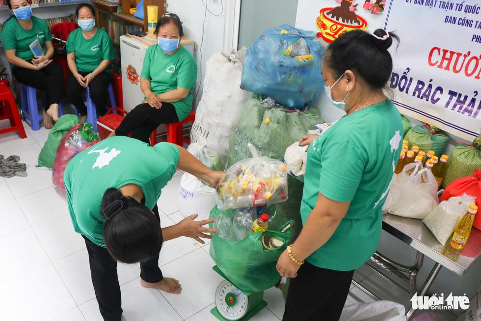 Mang chai nhựa đến đổi gạo miễn phí ở TP.HCM - Ảnh 9.