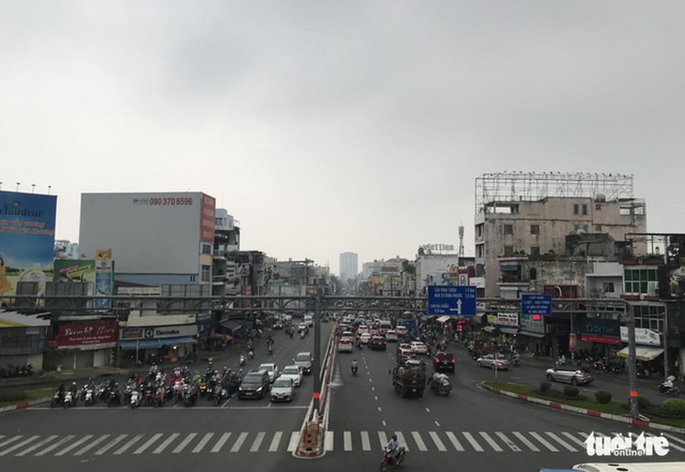 TP.HCM trời mù mịt từ sáng sớm, mưa lất phất như Tết Hà Nội - Ảnh 7.