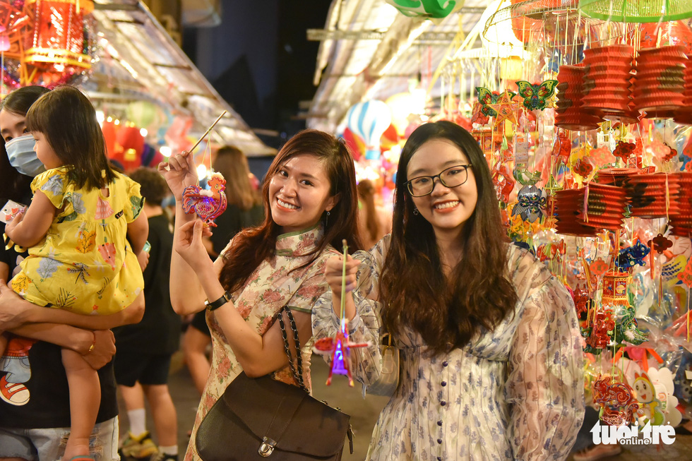Phố đèn lồng lên đèn, bạn trẻ Sài Gòn lên đồ đi check-in - Ảnh 1.