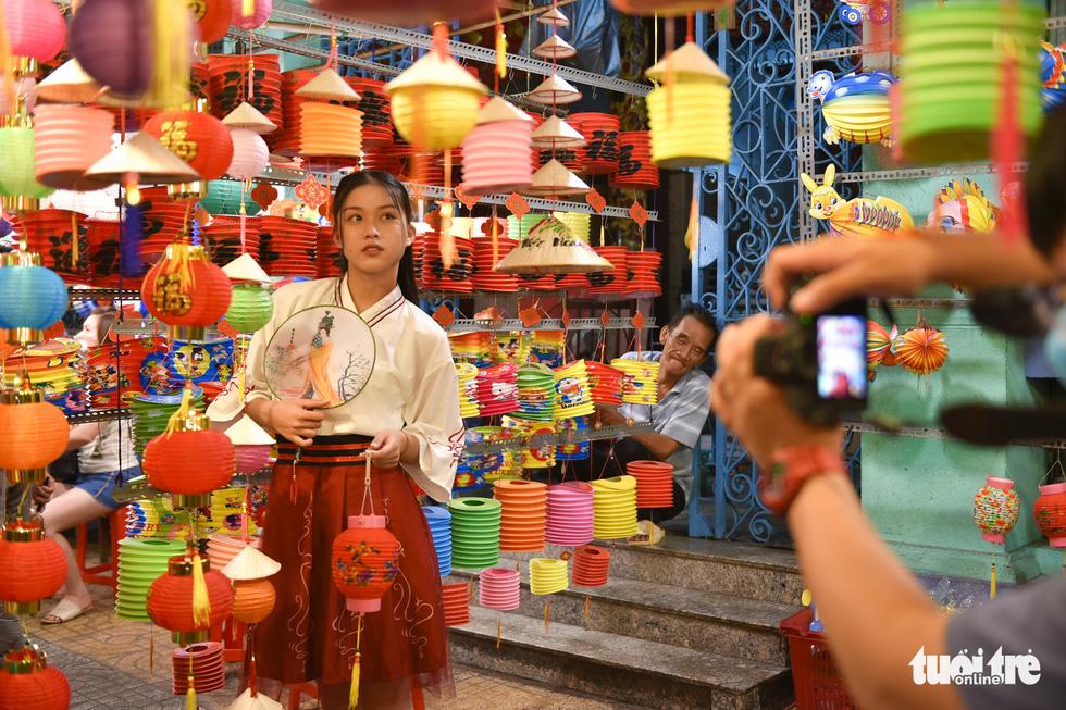 Phố đèn lồng lên đèn, bạn trẻ Sài Gòn lên đồ đi check-in - Ảnh 8.