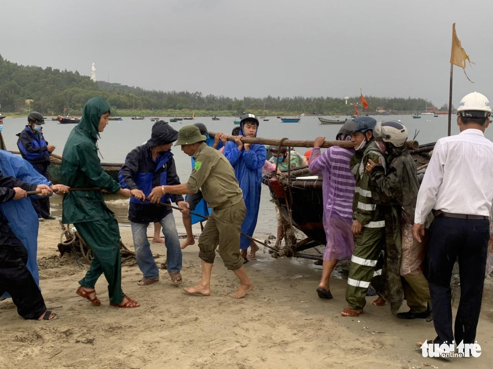 Người miền Trung kéo thuyền lên bờ, chèn bao cát lên mái nhà chống bão - Ảnh 14.
