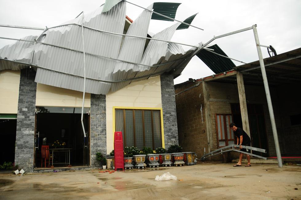 Nhà cửa tan hoang nơi tâm bão số 5 đi qua - Ảnh 8.