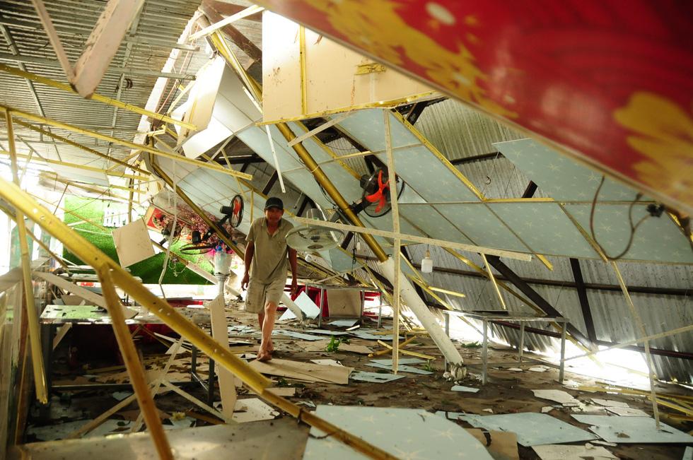 Nhà cửa tan hoang nơi tâm bão số 5 đi qua - Ảnh 3.