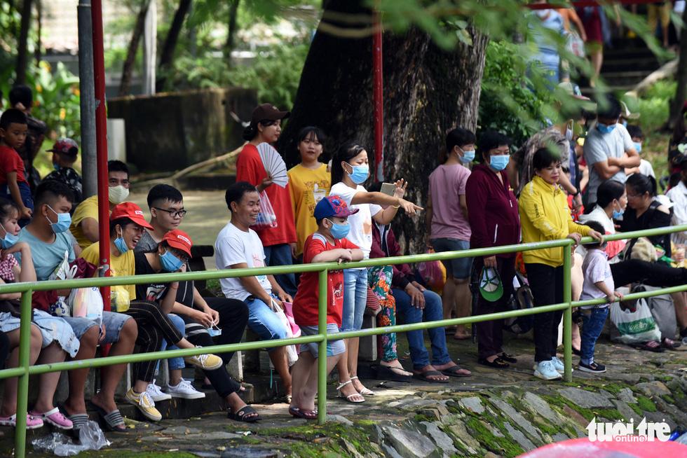 Thảo cầm viên Sài Gòn đông nghẹt khách đến chơi lễ - Ảnh 1.